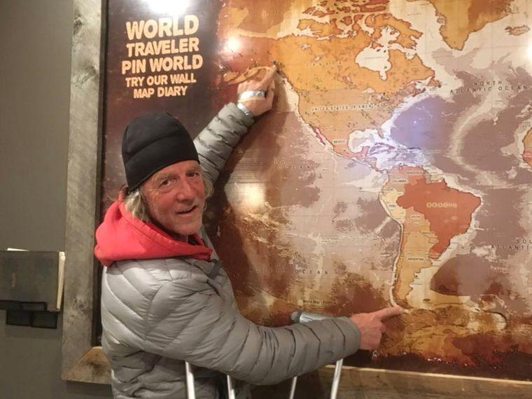 Holly Harrison zeigt auf einer Karte seine Wanderstrecke von Argentinien nach Alaska.