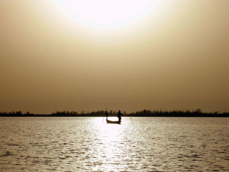 Fischerboot auf dem Tschadsee beim Sonnenuntergang.