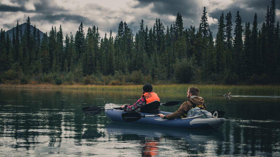 Durch die Stille paddeln – so sieht der Sommer im Yukon aus.