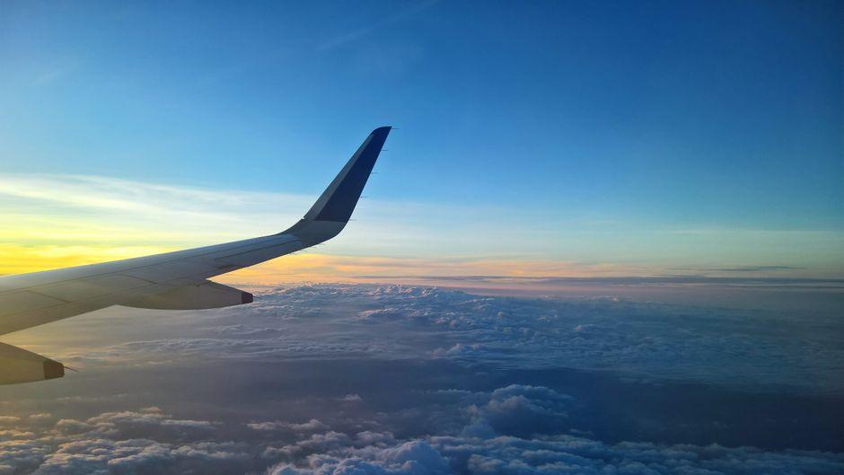 Blick auf einen Flugzeugflügel.