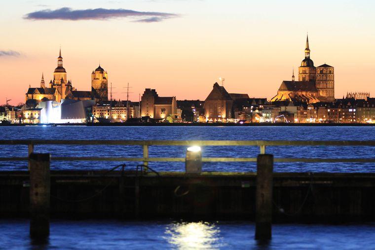 Blick auf die Hansestadt Stralsund aus Richtung Altefähr zur Dämmerstunde.