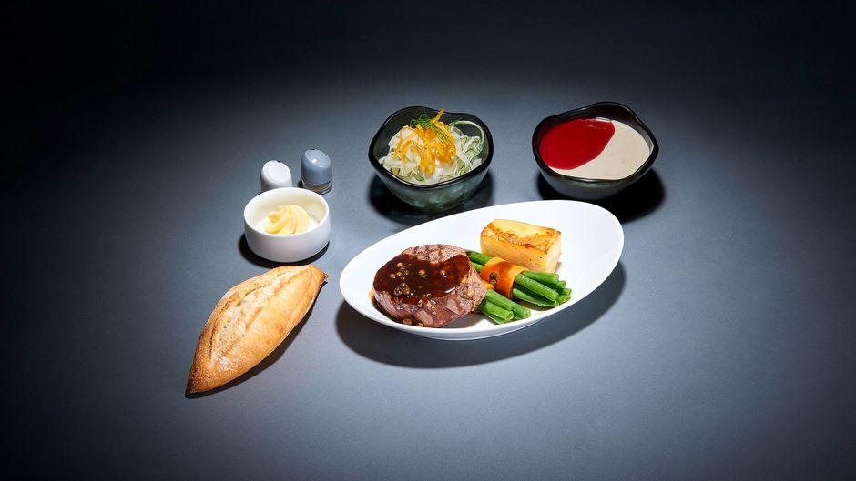 Auf Lufthansa-Langstreckenflügen können künftig sieben ausgesuchte Menüs gegen Aufpreis bestellt werden.
