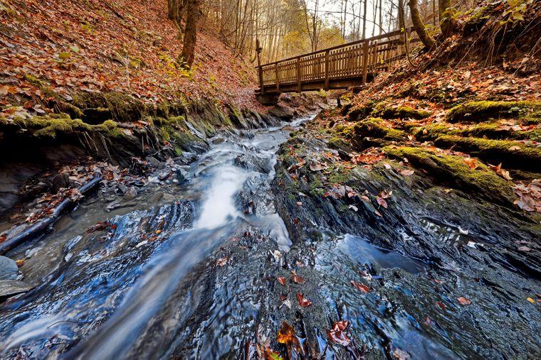 Durch Schluchten und über Brücken geht es im herbstlichen Sauerland.
