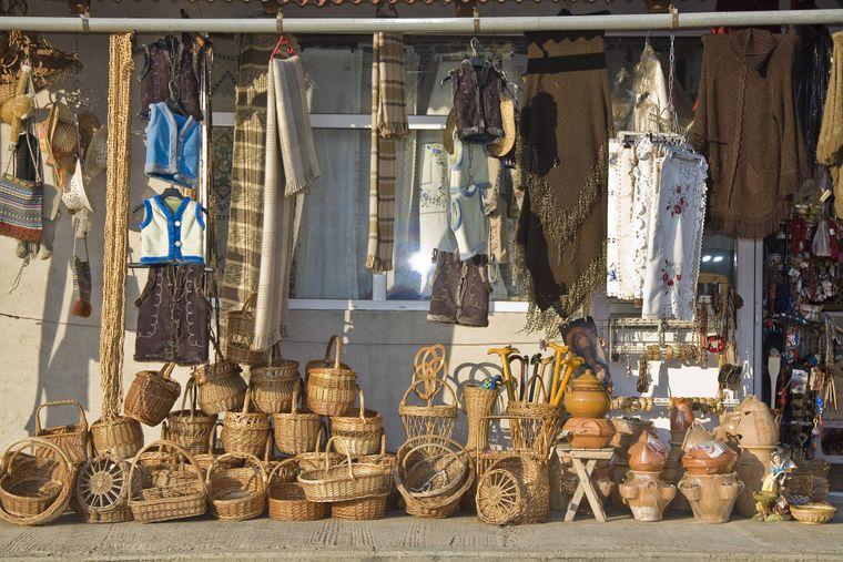 Rumänischer Markt mit vielen Körben in der Altstadt von Cluj-Napoca (Klausenburg), Rumänien