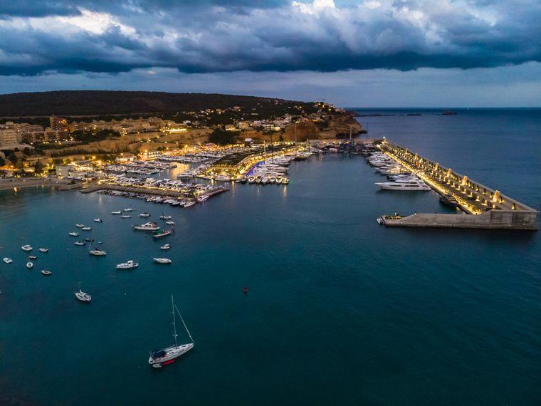 Am kleinen, aber feinen Yachthafen von Santa Ponsa kannst du Segel- und Motorboote bestaunen. Oder du wagst selbst eine Ausfahrt aufs Mittelmeer!