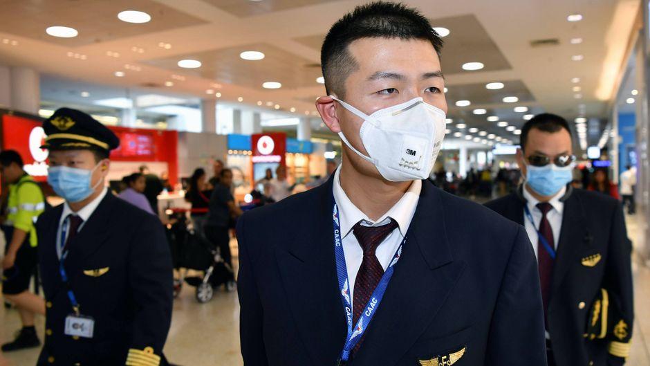 Crew von China Eastern mit Mundschutz.