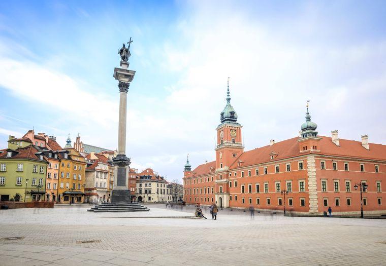 Schlossplatz mit Sigismund-Säule und Königsschloss in Warschaus historischer Altstadt.