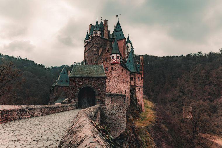 Die Burg Eltz in Rheinland-Pfalz stammt aus dem 12. Jahrhundert und ist noch vollständig erhalten.