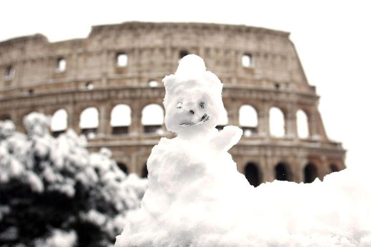 In Rom fiel so viel Schnee, dass Urlauber am Kolosseum Schneemänner bauten.
