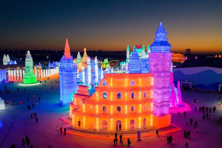 Bunt beleuchtete Eisskulpturen in Harbin, China.