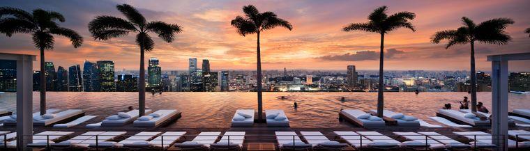Auf dem Dach des Marina Bay Sands können ausschließlich eingecheckte Hotelgäste mit Blick auf Singapur baden.
