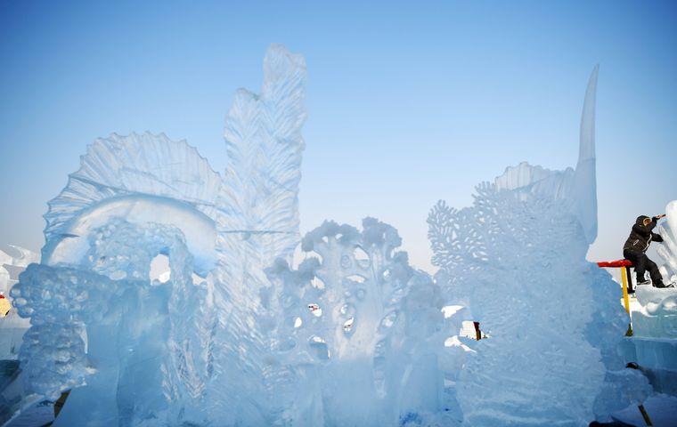 Filigrane Eisskulptur beim internationalen Wettbewerb und Festival in Harbin, China.
