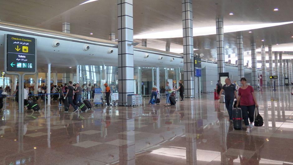 Reisende am Flughafen in Hurghada, Ägypten.