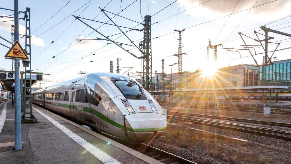 Bahnreisen werden in Zeiten der Corona-Krise zur Herausforderung. (Symbolbild)