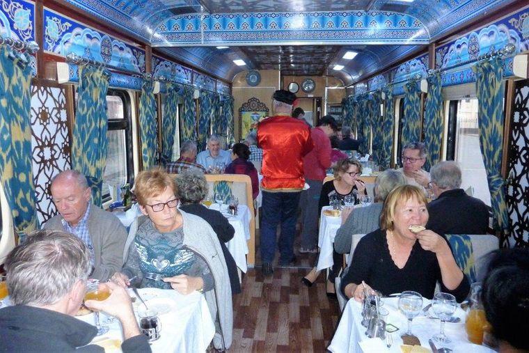 Gäste im Silk Road Orient Express beim Frühstück im Speisewagen.