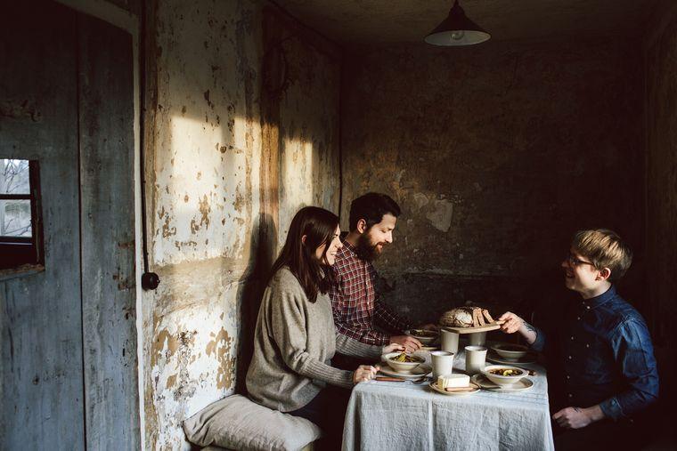 Drei Gäste frühstücken im Gutshaus Rensow.
