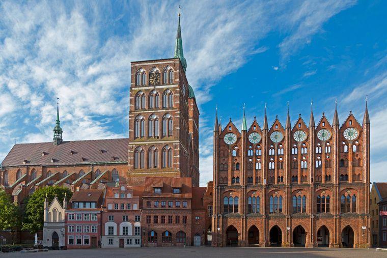 Nikolaikirche und Rathaus am Alten Markt in der Altstadt von Stralsund.