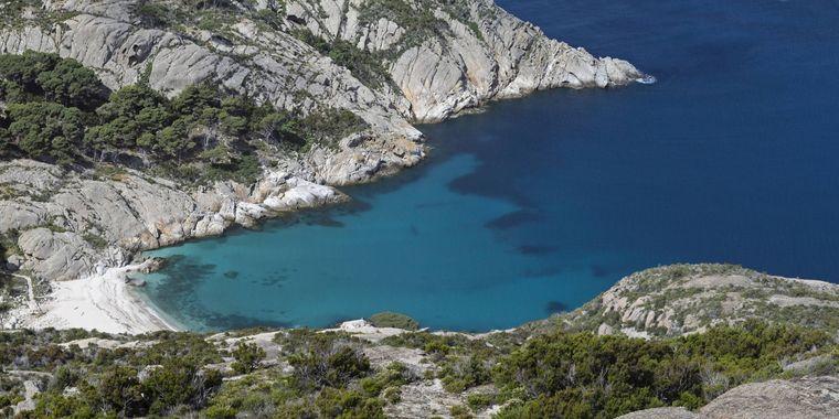 So idyllisch er auch aussieht: Sonnenbaden und schwimmen sind an der Cala Maestra auf Montecristo nicht erlaubt.