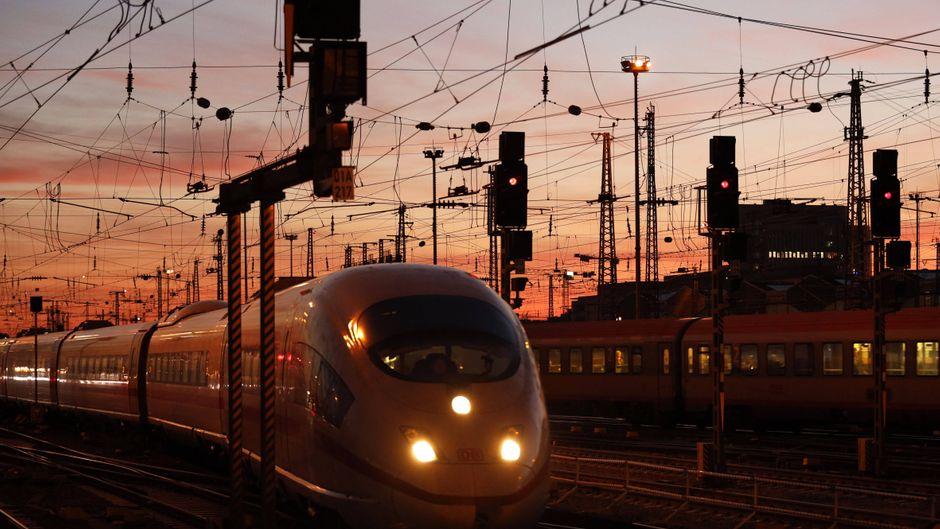 Hauptbahnhof Frankfurt am Main – nachts kannst du besonders entspannt reisen.