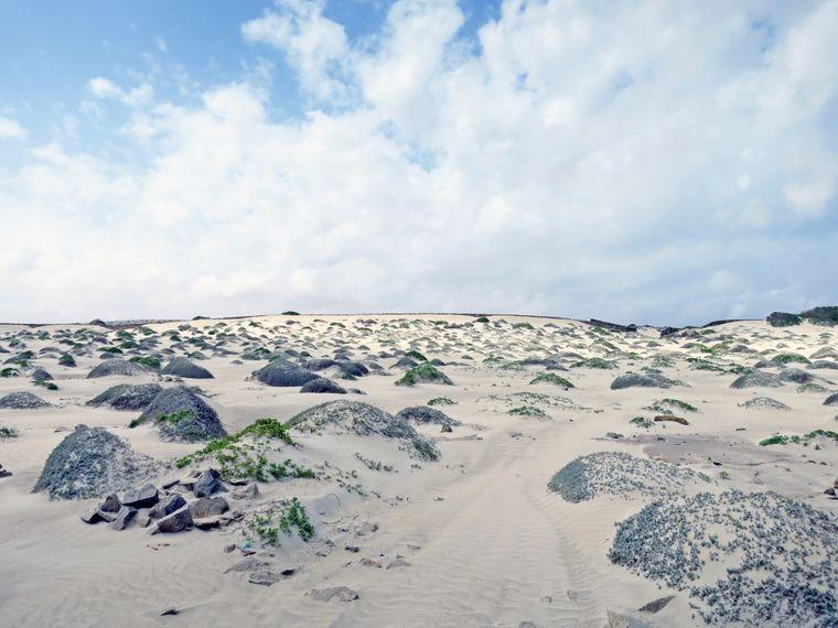 Die Strände der Insel bezaubern entweder mit kilometerlangem weißen Sand oder einer weichen Dünenlandschaft voller kleiner Hügel.