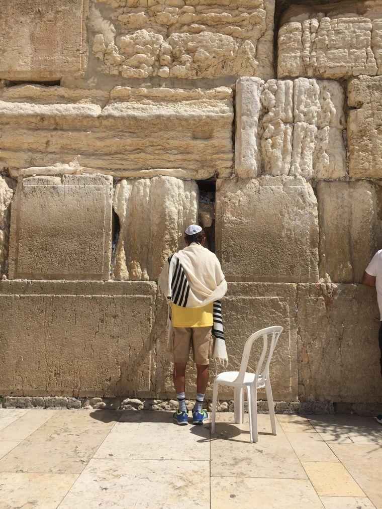 Ein Gläubiger betet an der Klagemauer in Jerusalem.