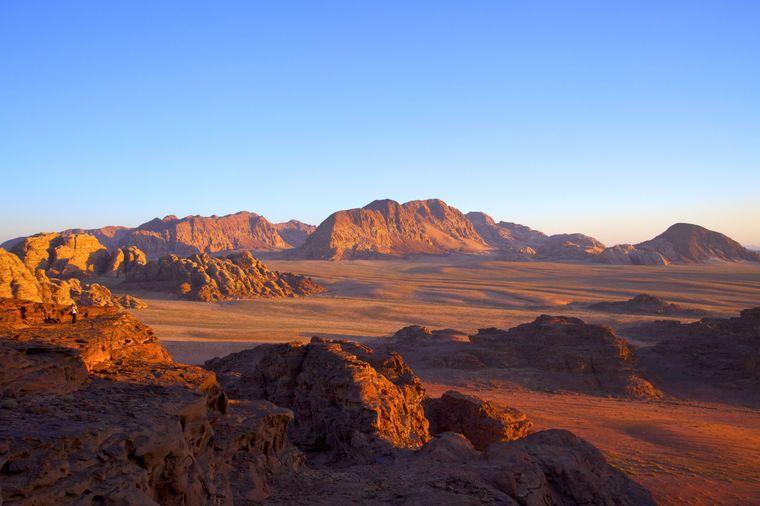 Blick auf die Fels- und Wüstenlandschaft des Wadi Rum in Jordanien.