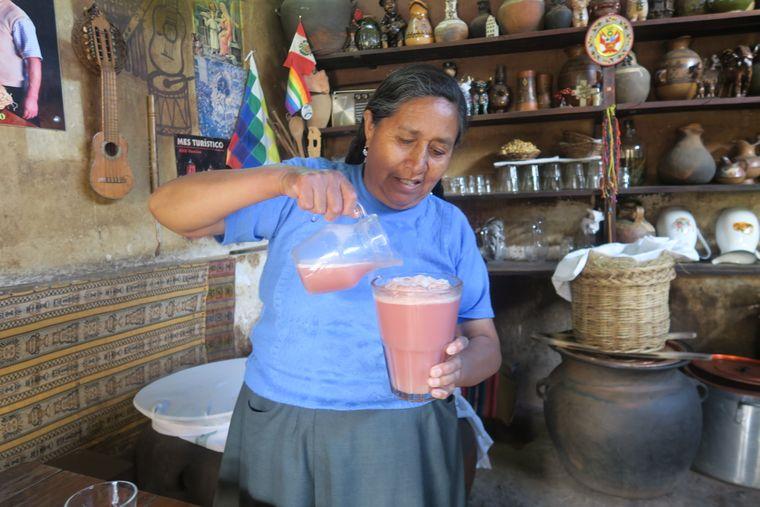 """Frisches Maisbier in der """"Ajha Wasi""""-Bar in Cusco."""