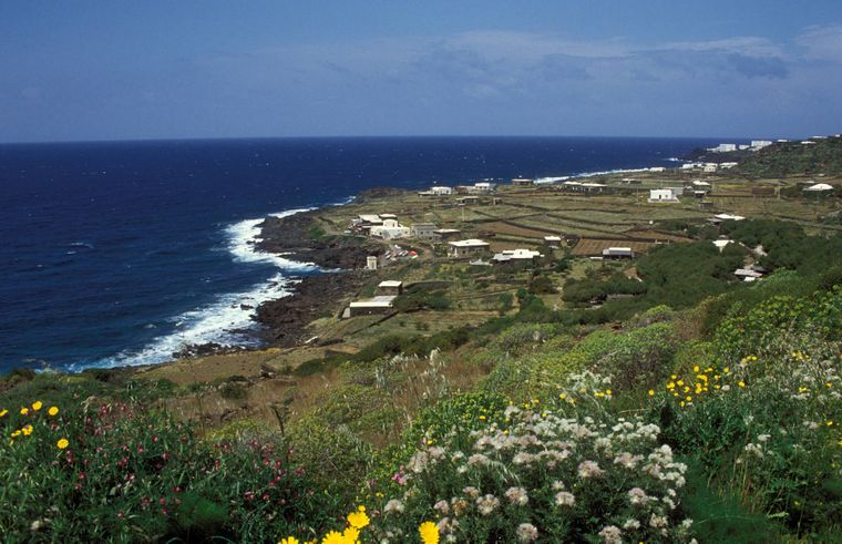 Der vulkanische Ursprung ist auf der Insel Pantelleria vielerorts am schwarzen Gestein erkennbar – wie hier Küste am Punta 3 Pietre.