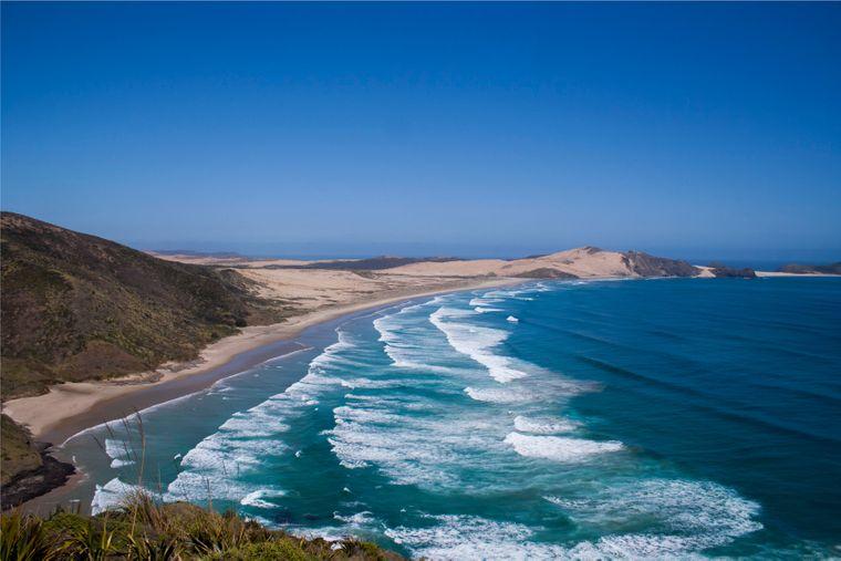 Wellen brechen sich am Cape Reinga in Neuseeland.