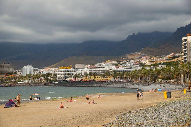Playa de los en Tenerife En Estados Unidos, bañarse es una forma divertida de ayudar a los turistas.