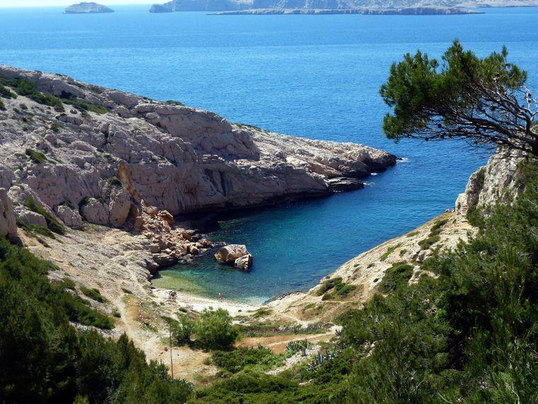 Zwischen Marseille und Cassis liegt der Nationalpark Calanques mit fjordähnlichen  Buchten.