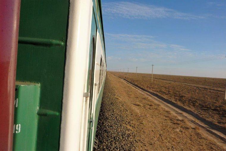 Blick aus dem Silk Road Orient Express in die usbekische Wüste.