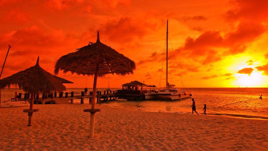 Alltag auf Aruba: Wenn die Sonne untergeht, taucht sie Meer und Strand in ein ganz besonderes Licht.
