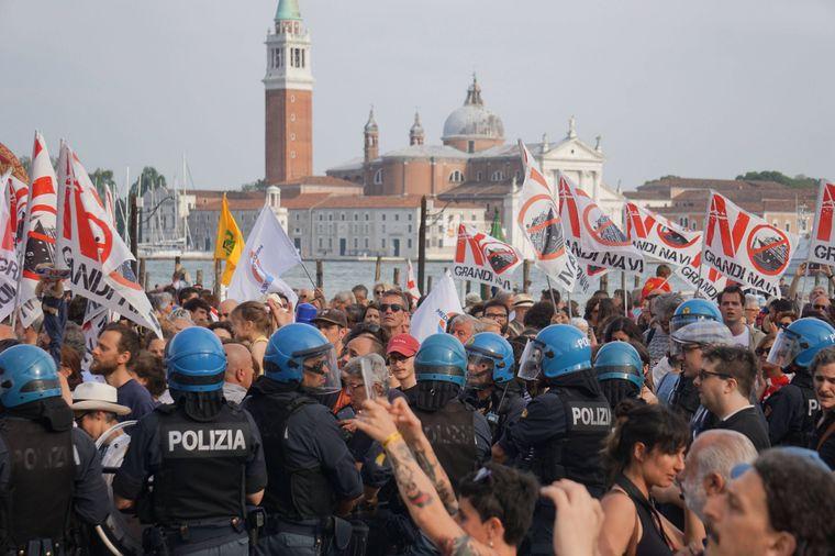 Rund 8.000 Einwohner Venedigs machen ihrer Wut nach dem Kreuzfahrt-Crash bei der Demo Luft.