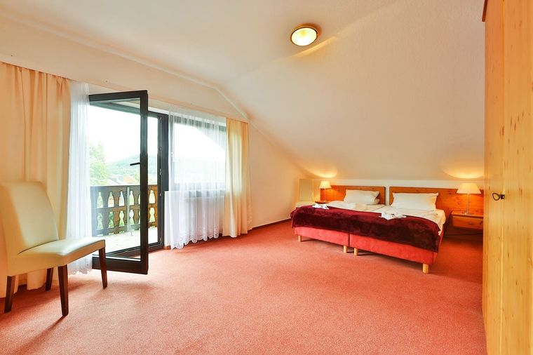 Gemütliche Doppelzimmer mit Balkon und einer wunderschönen Aussicht auf die umliegende Natur.
