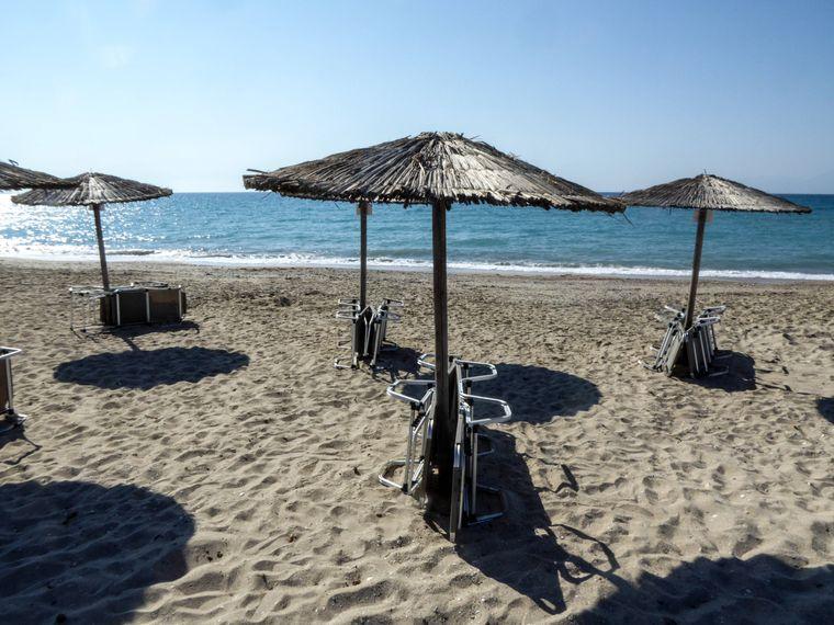 Ein Tag am Strand des Almiros Beach Paralia Almirou an der Nordküste der griechischen Insel Korfu.