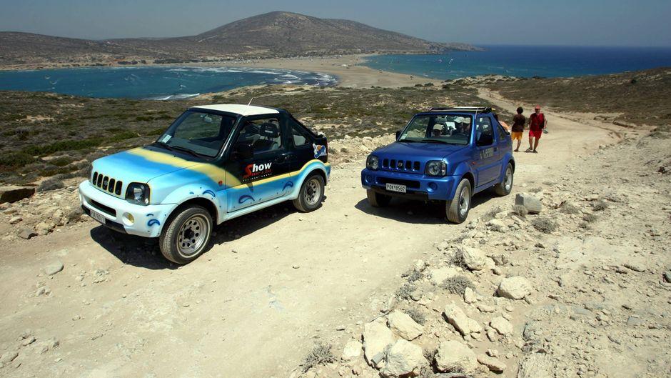 Urlauber mit Mietwagen fahren auf einer unbefestigten Straße auf der Halbinsel Prasonisi bei Katavia auf Rhodos.