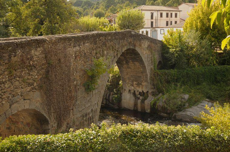 Die mittelalterliche Aquelcabo Brücke ist eine der Sehenswürdigkeiten von Arenas de San Pedro.