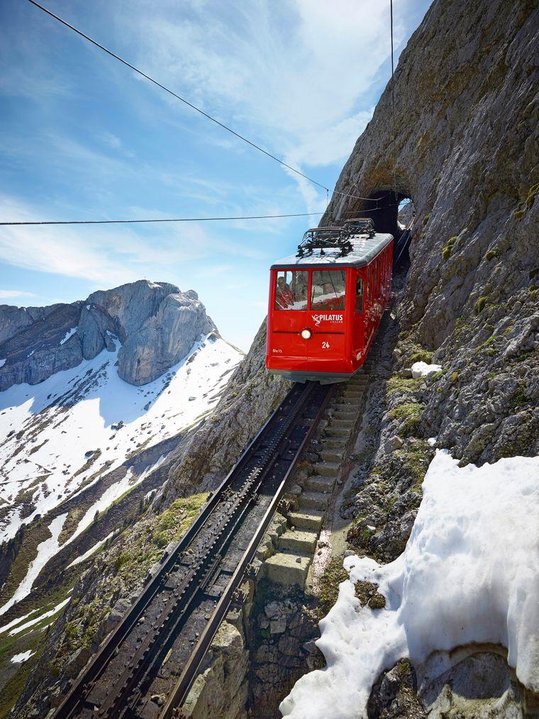 Unterwegs mit der steilsten Zahnradbahn der Welt: Bei der Fahrt auf den sagenumwobenen Pilatus erleben Reisende viele ganz besondere Ausblicke.