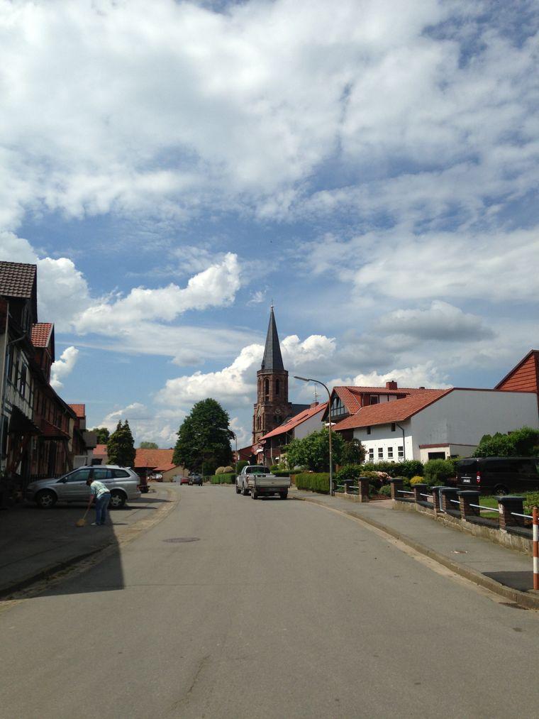 Leo ist in einem Dorf in Südniedersachsen aufgewachsen.