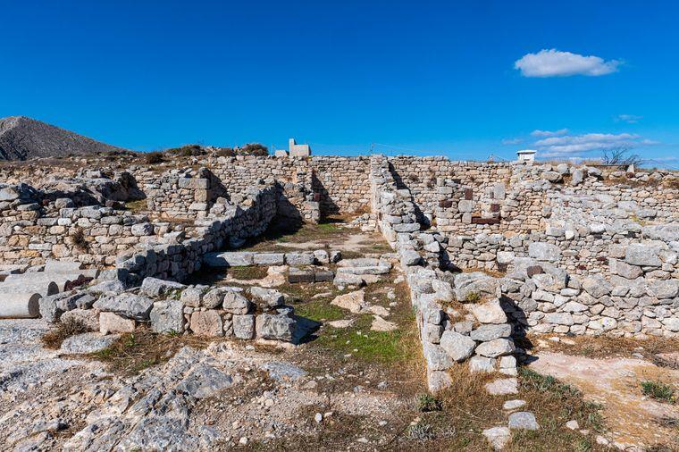 Auf dem Gelände in der antiken Stadt Alt-Thera kannst du verschiedene Ruinen, ein antikes Theater und die Agora besichtigen.