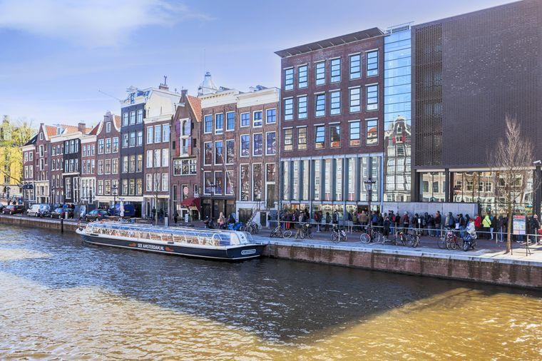 Vor dem Anne-Frank-Haus sind die langen Warteschlangen ein gewohnter Anblick. Die Tickets sind oftmals Wochen im Voraus ausverkauft.