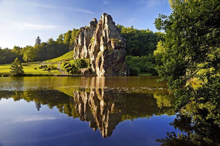 Die Steine im Teutoburger Wald ragen 40 Meter hoch in den Himmel.