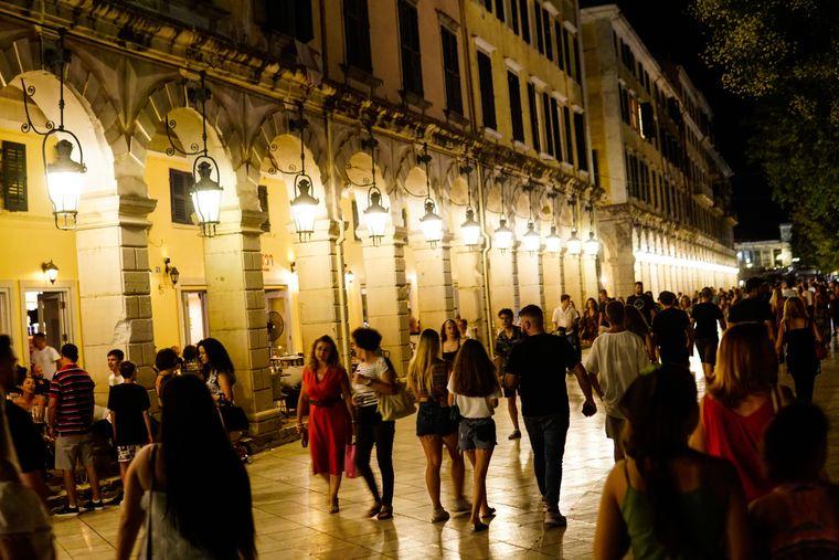 Korfu-Stadt ist die Hauptstadt der griechischen Insel Korfu im Ionischen Meer. Die Stadt ist für ihre kopfsteingepflasterten Straßen und ihre pastellfarbenen venezianischen Bauten bekannt.