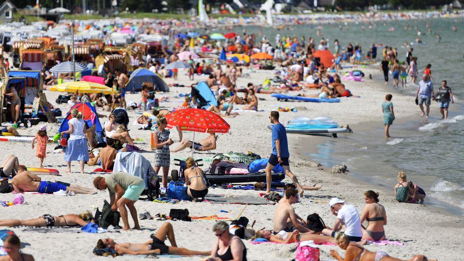 Strand an der Ostsee in Scharbeutz – an diesem Wochenende ist es dort wieder zu voll. (Archivbild)