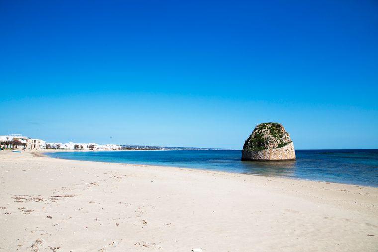 Am Strand Torre di Pale in Apulien lässt sich die Sonne bei einem Spaziergang am weitläufigen Strand entlang genießen.