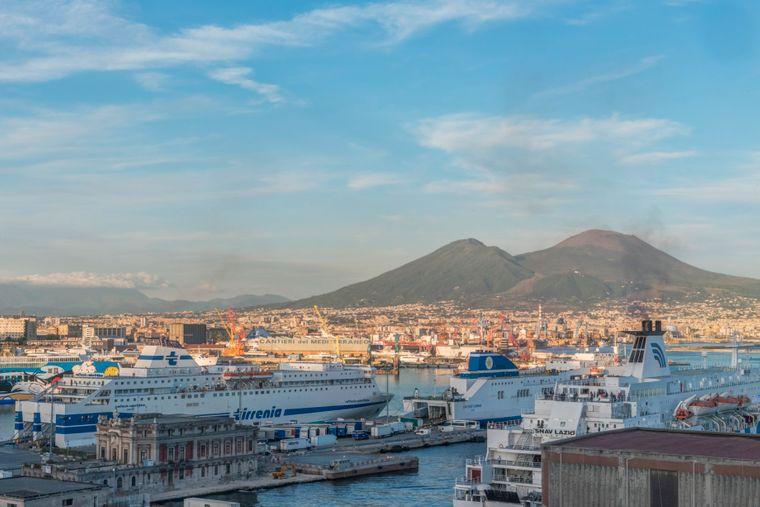 Der Vulkan Vesuv prägt die Landschaft rund um Neapel.