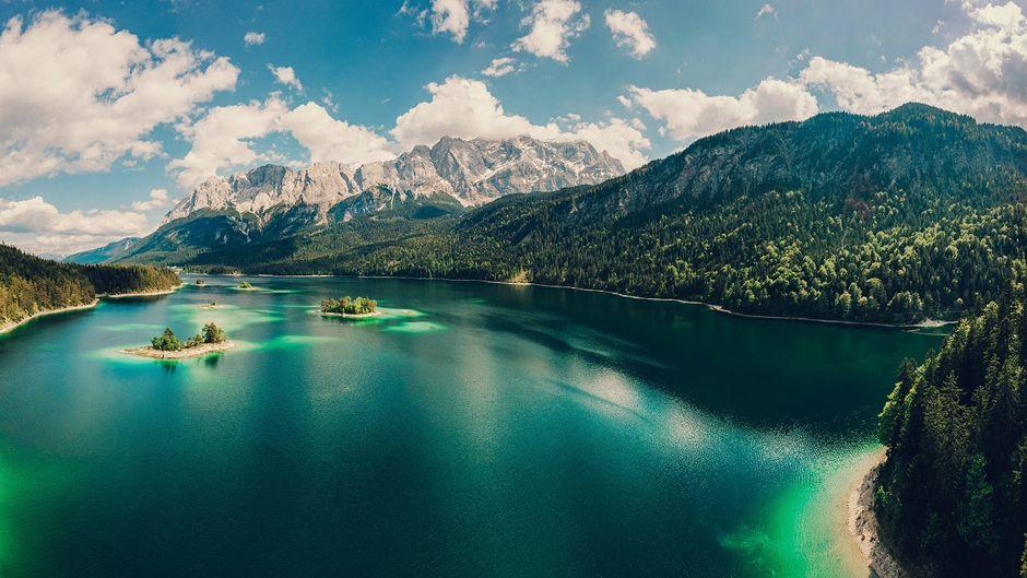 Der bayerische Eibsee zu Füßen der Zugspitze leuchtet smaragdgrün.
