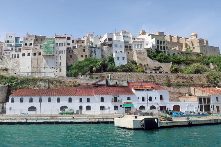 Die Destilerías Xoriguer liegt nicht nur malerisch – hier entsteht auch feinster Gin auf Menorca.