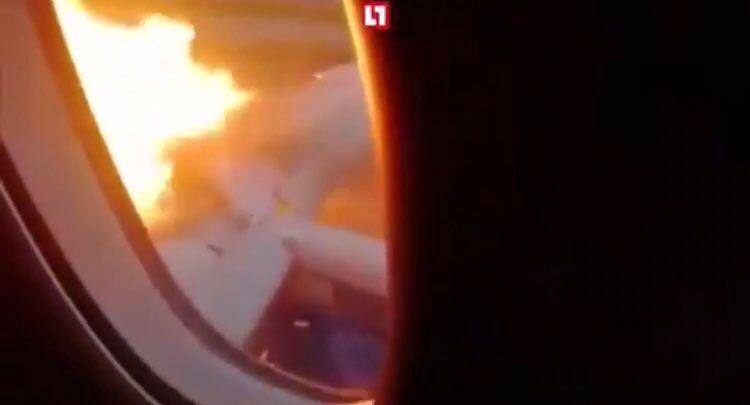 Flammen loderten neben dem Fenster der Aeroflot-Maschine empor.